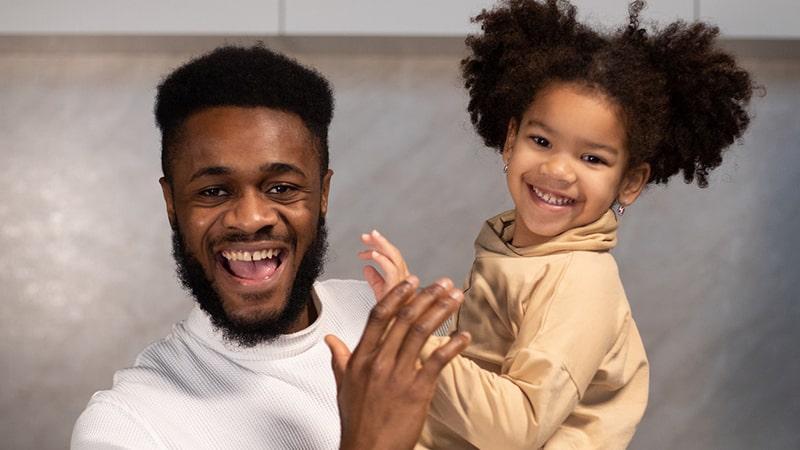 Ayah dan Putrinya Tertawa