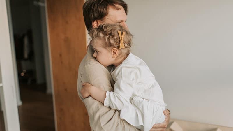 Sedang Menggendong Putrinya