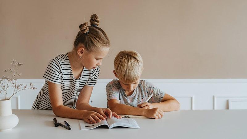 Kakak Perempuan Mengajari Adik