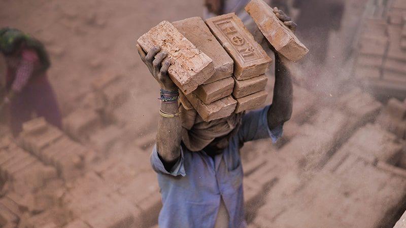 Kata-Kata Bijak Pekerja Kuli Bangunan - Membawa Batu Bata