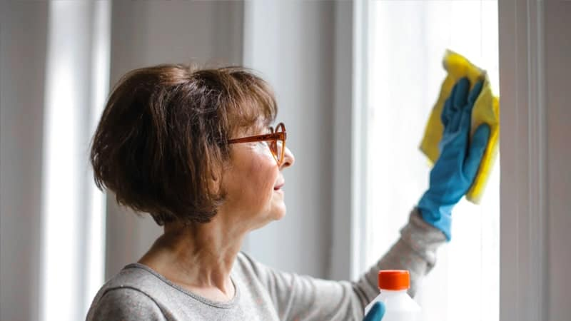 Kata-Kata Maaf untuk Ibu - Membersihkan Kaca