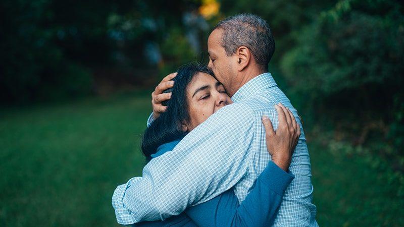 Kata-Kata Minta Maaf Belum Bisa Jadi Istri yang Baik - Pasangan Berpelukan