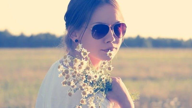 Kata Bijak Menghargai Seorang Wanita - Berkacamata