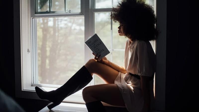 Kata Bijak Wanita Kuat - Membaca Buku