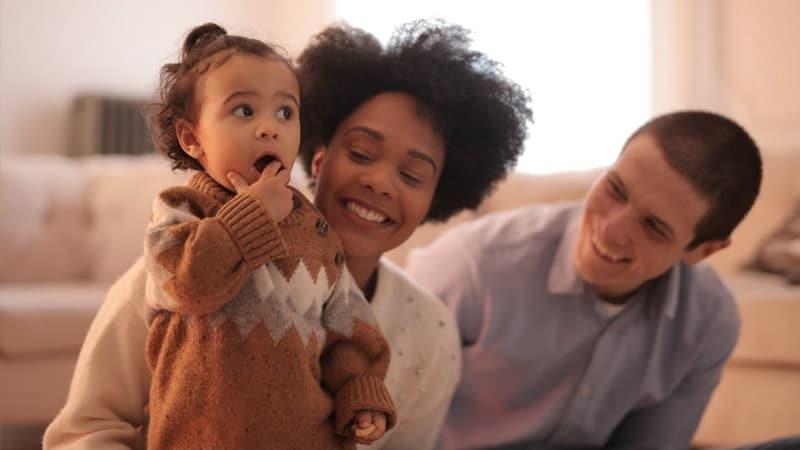 Kata Bijak Luangkan Waktu untuk Keluarga - Tertawa Bahagia
