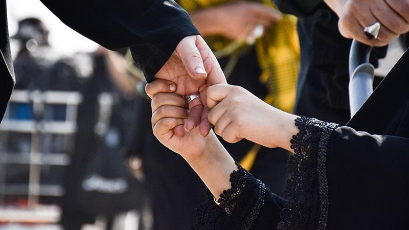 Kata Mutiara Hadist tentang Wanita - Anak Perempuan Memegang Tangan