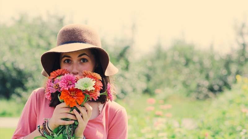 Kata-Kata Menikmati Hidup dengan Caraku Sendiri - Foto dengan Bunga