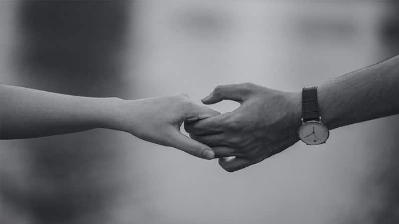 Caption Romantis buat Pacar - Berpegang Tangan